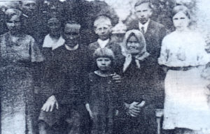 Родина Бандери, позаду другий справа – Степан