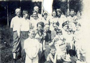 Родина (Емілія повер, з дитиною на руках)