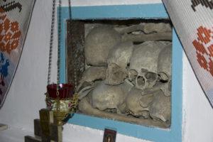 Саркофаг, у якому зберігаються останки полеглих козаків.