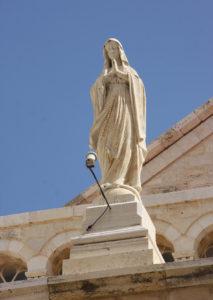 Фігура Діви Марії біля церкви Різдва.