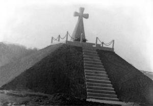 Могила репресованих на чортківському цвинтарі із християнським оберегом (насипана у 40-і рр. ХХ ст., упорядкована в листопаді 1989 р.)