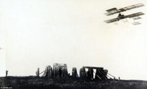 На військових навчаннях у Солсбері, під час польоту над Стоунхенджем вперше в Англії було послано повідомлення по радіо з аероплана. 1910 рік.