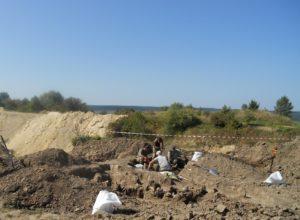 розкопки на горі Лисоня проводять працівники меморіально-пошукового комунального підприємства Львівської обласної ради «Доля»,
