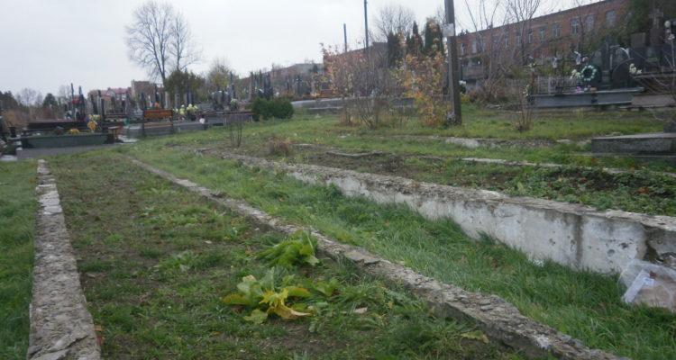 Бетонні «корита» на стрілецьких похованнях у Чорткові.