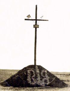 Могила з хрестом, насипана у ніч з 21 на 22 травня 1943 р. місцевим населенням під проводом ОУН над похованням 52-з в'язнів чортківської тюрми, розстріляних німецькими фашистами між Ягольницею і Чортковом. Світлина Степана Максиміва 1943 року.