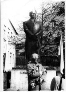 Біля пам. Б.Лепкому в Жукові