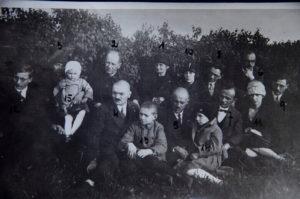 Родина Гірняків зі Струсова на могилі батька і дідуся Йосипа Гірняка, с. Струсів, 1928 р. 1 – Софія Гірняк, мати, дружина Йосипа Гірняка; 2 – о. Юстин Гірняк; 3 – Йоганна Ґардецька, донька; 4 – Юліан, д-р філософії, син; 5 – Євген, повітовий ветеринар, син; 6 – Никифор, д-р філософії, син; 7 – Омелян, учитель, син; 8 – Йосип, актор і режисер, син; 9 – Володимир, син; 10 – Марія, невістка, дружина Никифора; 11 – Соня Ковальська, внучка, донька Йоганни; 12 – Богдан Ґардецький, внук, син Йоганни; 13 – Богдан, внук, син Никифора; 14 – Любов Гірняк (Сай-Чолган), внучка, донька Никифора; 15 – Толя Ковальська, правнучка, донька Соні Ковальської. Нумерація проставлена Л.Гірняк (Сай-Чолган). (ТКМ НД 22089).