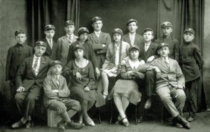 """Учні приватної Чортківської гімназії імені Маркіяна Шашкевича, 1930 рік. Усі предмети, окрім польської мови, тут викладали українською. Яків Гніздовський сидить крайній ліворуч у першому ряду на дерев'яному ящику. Він учився в гімназії з 1926-го по 1933-й. В атестаті були переважно оцінки """"добре"""", тільки з математики й польської – """"посередньо"""", а з релігії – """"відмінно"""". Рисунок викладали лише в першому класі"""
