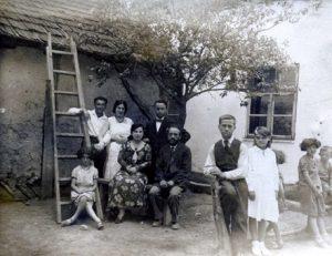 На фото - Шайє Блондер (на першому плані) з рідними біля власного будинку у Чорткові. Фото з архіву Марка Блонделя, публікується вперше.