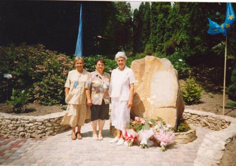 Працівники на відкритті пам'ятного знаку Міклеру