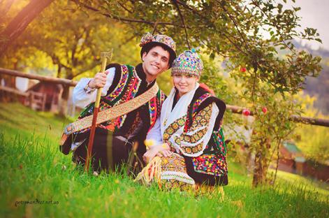 Пара молодих у традиційних гуцульських строях