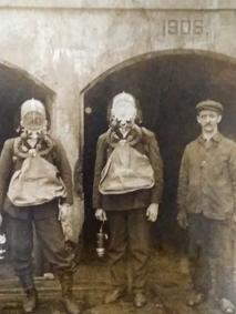 Робітники шахт у захисних костюмах.  Світлину надав Роман Шихов, директор музею в селі Іллінці Снятинського району