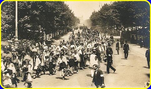 Процесія з Буковини на вулиці в Відні . Урочистості з нагоди святкування дня народження цісаря Франца Йосифа І. 1908 рік. Фото Josef Löwy.