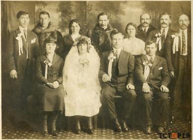 Весілля українських емігрантів у Канаді (1910). Джерело фото: http://localhistory.org.ua/