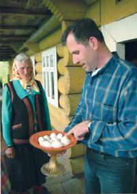 З мамою. Обговорюють, що на великих білих домашніх яйцях будуть гарні писанки!