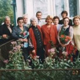 Віра Вовк (у першому ряду друга справа) біля будинку в Кутах, де відкрито        меморіальну дошку її батькові