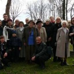 Віра Вовк (крайня справа)     у рідних Кутах. Квітень, 2011 рік.