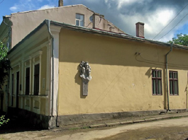 пансіонат Анни Москви у вижниці з меморіальною дошкою на стіні про перебування тут в 1901 році Лесі Українки (2)