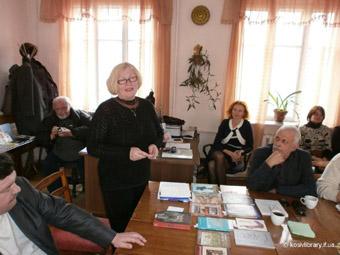 Аделя Григорук читає свої твори у Косівській центральній районній бібліотеці