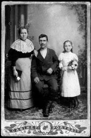 Микола Хомич Лобода (1877-1920) – батько Віктора Лободи, його сестра Тетяна з дочкою Оксаною. Сімферополь, 1899 р
