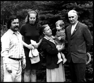 Зліва направо: Володимир Лобода, його дружина Людмила Лобода, мати Ганна Квітка-Лобода з внучкою Соломією та Віктор Лобода. Дніпропетровськ, 1974 р.